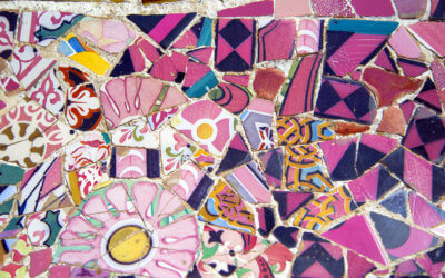 Repaso - review day. Take a quiz to to practice what you´ve learned. Photo of Parque Güell mosaic art in Barcelona Spain